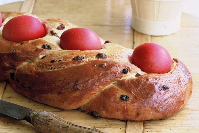 Receta/ Bukë Pashke me vezë të ngjyrosura
