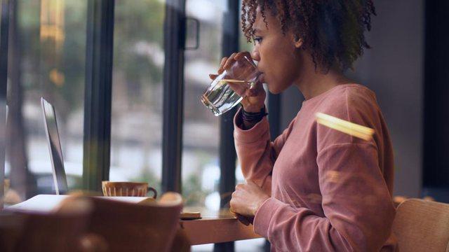 Jo, pirja e ujit nuk e vret koronavirusin!