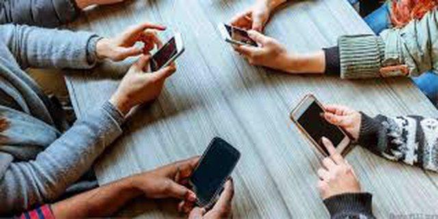 Këto 4 shenja tregojnë se jeni të varur nga celularët!