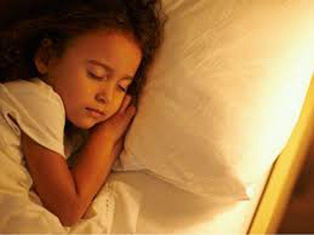 Letër psikologes/ Si ta bind vajzën të mos flejë më me