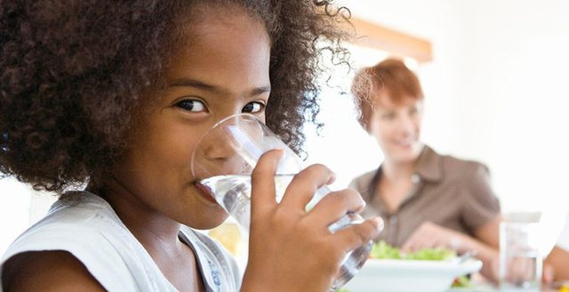 Ja kur duhet të pini ujë, gjatë ditës!