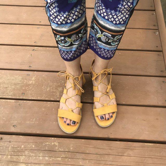 Këto janë sandalet e sheshta më trendi të momentit!