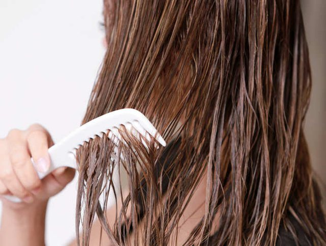 Pse nuk duhet t'i krehim flokët kur i kemi të lagura!
