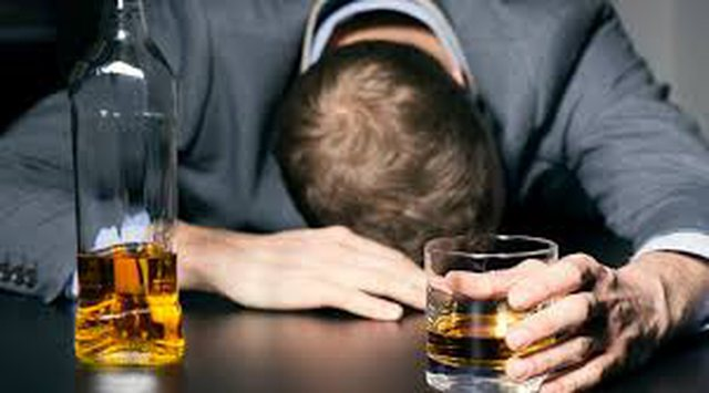 Letër psikologes/ Po krijoj varësi ndaj alkoolit, çfarë