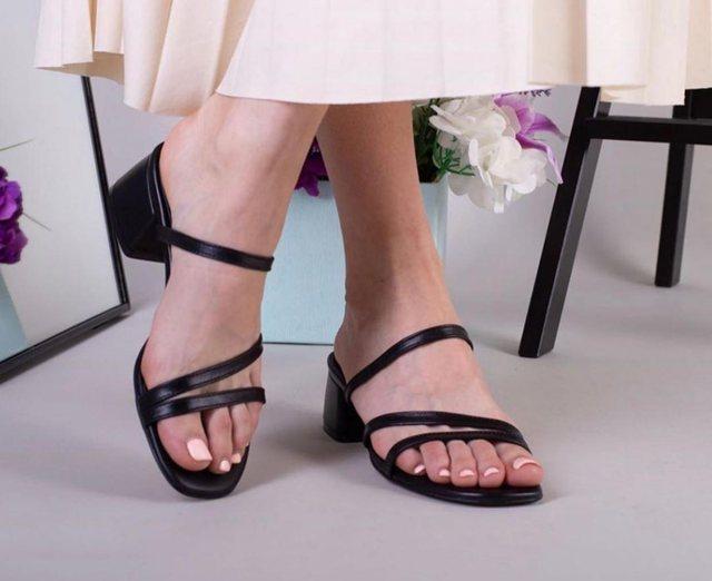 Këto janë shapkat dhe sandalet ideale që duhet të vishni