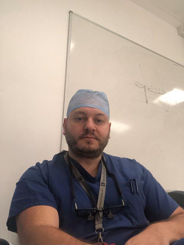 Mjeku shqiptar që kreu  transplant të një personi me Covid-19: