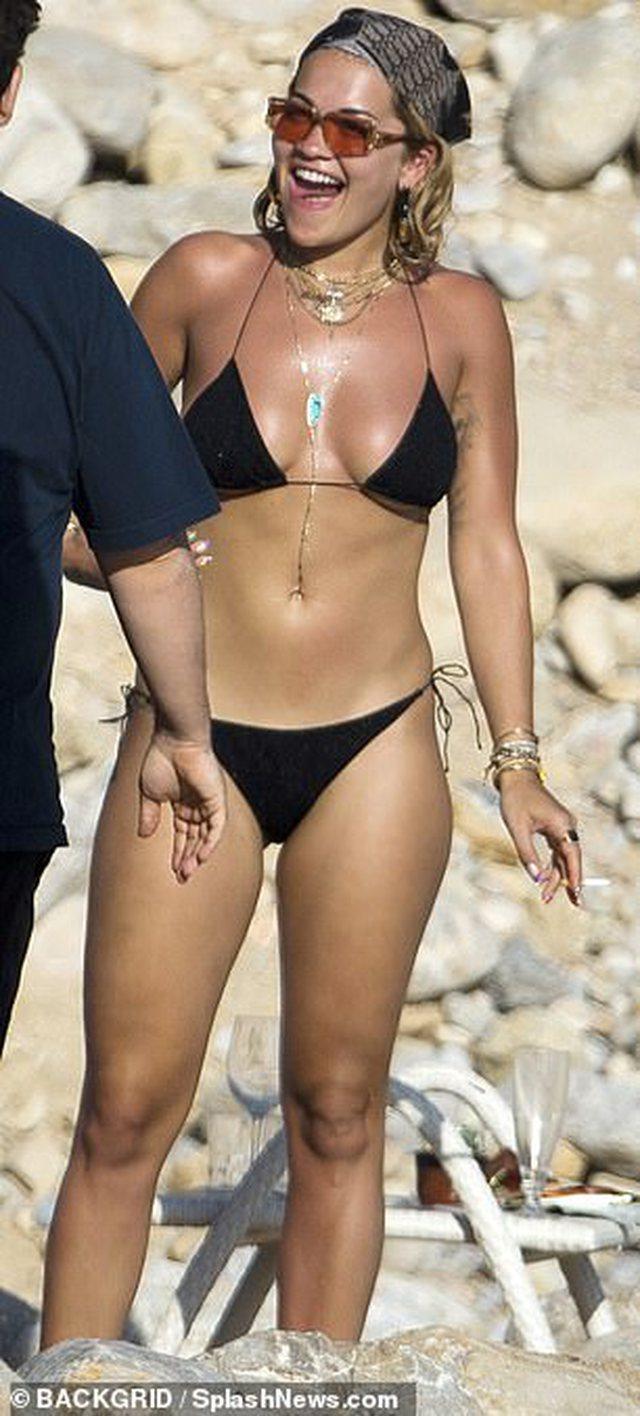 Rita Ora shfaqet topless në Ibiza, me të dashurin e ri