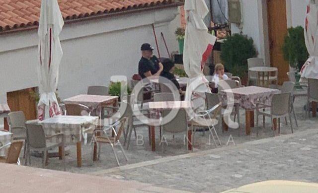 Foto/ Rama, në kafenë e Vunoit me bashkëshorten Linda dhe Zahon