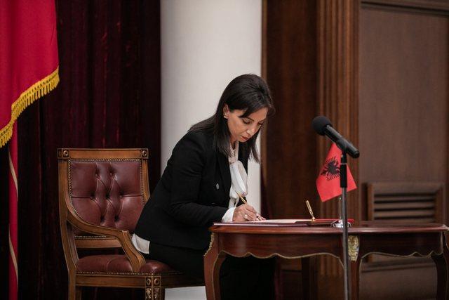 Kuvendi voton ministren e re të Arsimit, Evis Kushi betohet në