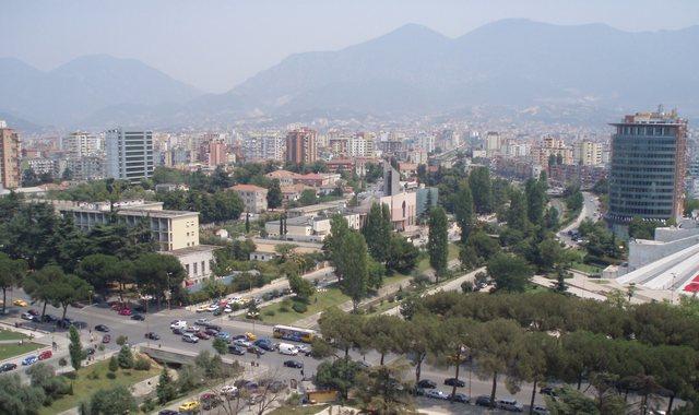 Dy aksidente brenda pak minutash në Tiranë/ Mes të plagosurve