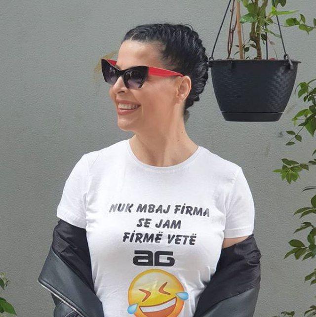 Aurela Gaçe, ju flet përmes bluzave!