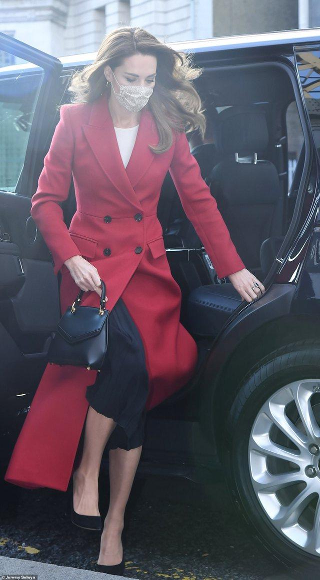 Foto/ Të gjithë sytë te palltoja e kuqe e Kate Middleton