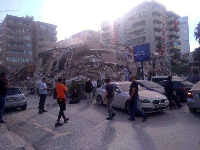 Ndërtesa nën rrënoja, njerëz në panik/Pamjet e para nga