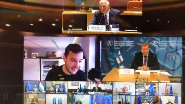 Momenti kur gazetari holandez hyn aksidentalisht në videokonferencën e
