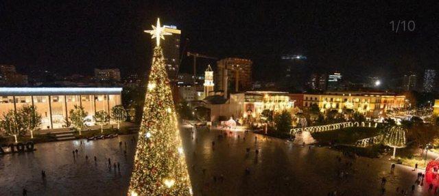 Video/ Momenti kur u ndezën dritat e pemës së Vitit të Ri,