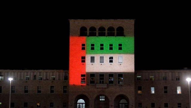 Politekniku vishet me ngjyrat e flamurit të Emirateve të Bashkuara