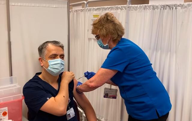 Mjeku shqiptar që mori vaksinën Pfizer në SHBA flet për