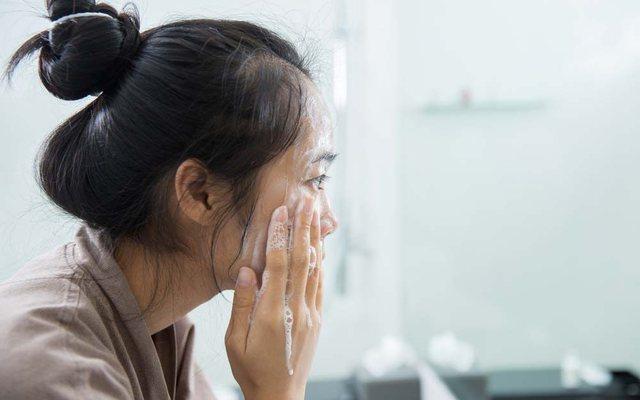 7 gabime para gjumit që po shkatërrojnë lëkurën tuaj!