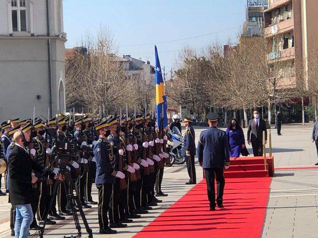 Vjosa Osmani merr zyrtarisht detyrën si presidente e Kosovës