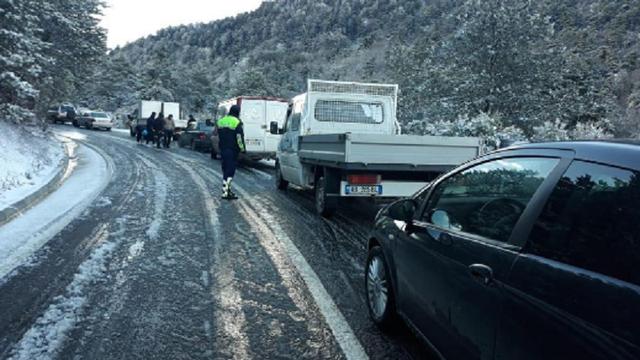 Dëborë dhe ngrica në Llogora, bllokohet qarkullimi