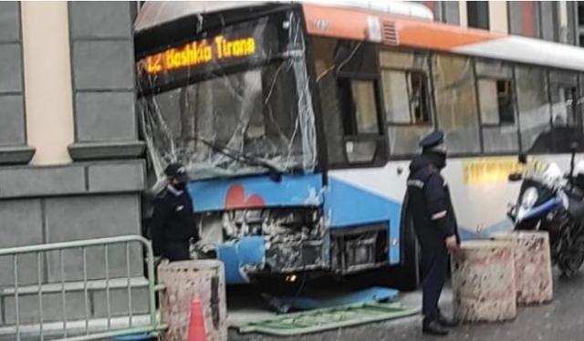 Tiranë/ Autobusi përplaset me një mjet tjetër, plagosen 4