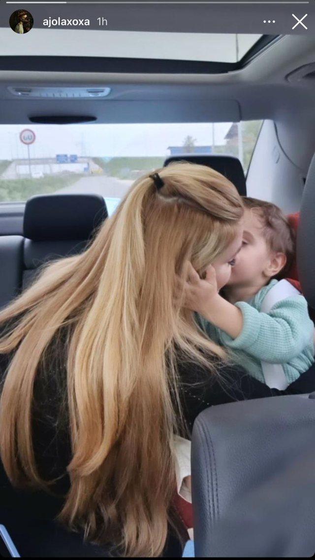 Ajola Xoxa poston foton e ëmbël me Kajan