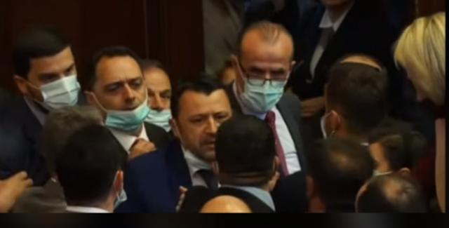 Debate të ashpra në Kuvendin e Kosovës, ndërpritet seanca