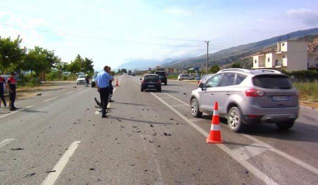 Përplasen makinat dhe motori në Tiranë, vdes një person