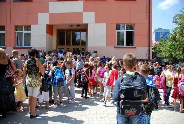 Ngacmuan 6-vjecaren në shkollë, protestë në Prishtinë: