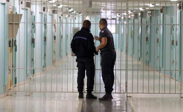 Rinisin takimet e të burgosurve me familjarët, kusht testi negativ ose