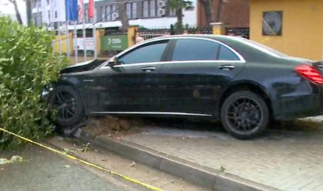 Tiranë/ Makina përplaset me pemën dhe aksidenton