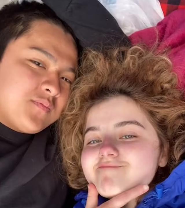Video/ Vajza vret babain me të dashurin dhe e rrëfejnë duke