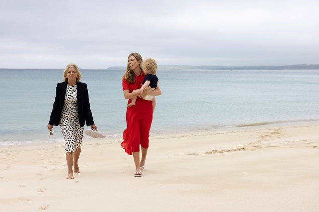 Jill Biden dhe Carrie Johnson relaskohen në bregdet, teksa