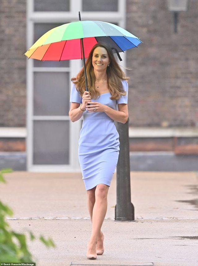 Mbretëresha e stilit! Kate Middleton e mrekullueshme sot me fustanin