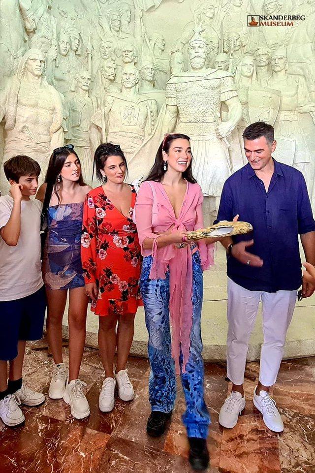 Dua Lipa viziton muzeun e Skënderbeut