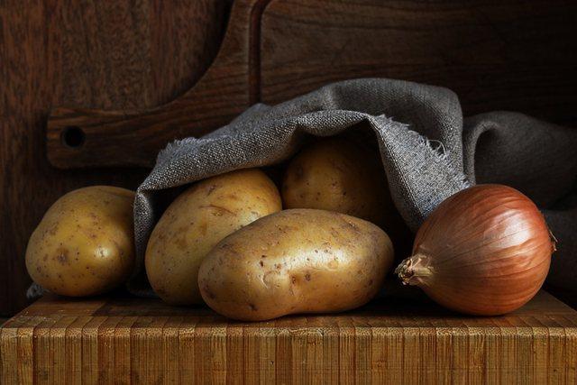 Si t'i ruani patatet dhe qepët për një kohë të