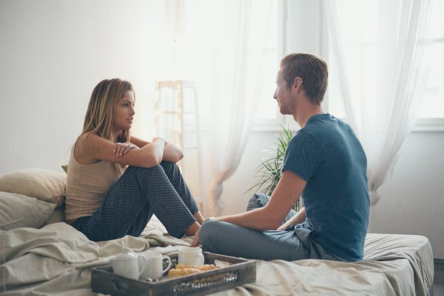 Këto gjëra mos i diskutoni kurrë me partnerin tuaj!