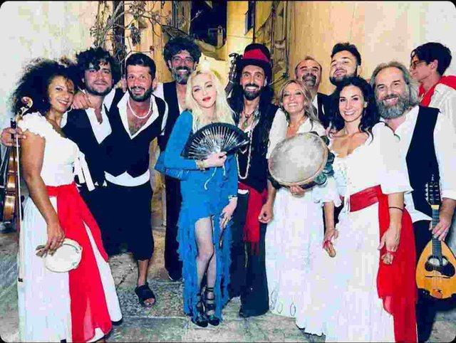 Madona mbushi 63 vjeçe/ Pamjet nga festa e çmendur në Pulia!