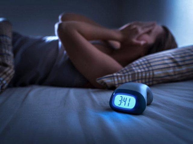 Shtrëngimet e kokës gjatë gjumit/ Ja cilat janë arsyet!