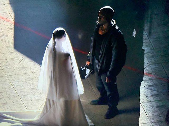 Kim Kardashian shfaqet nuse në krah të Kanye West!