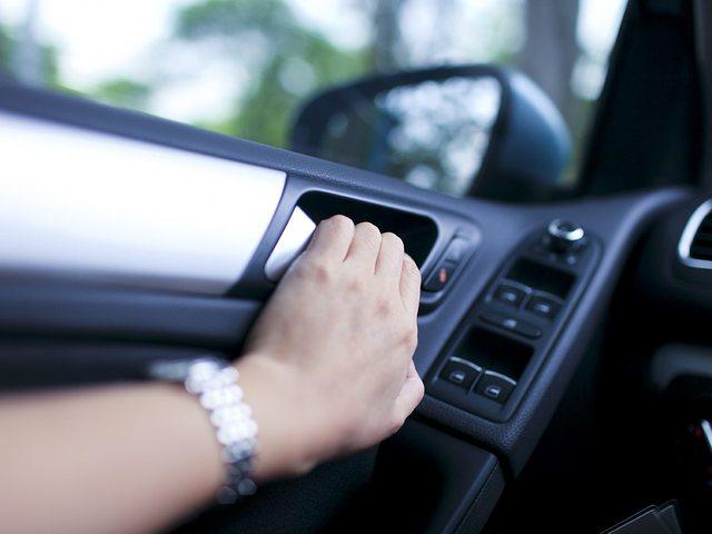 Ja pse shoferët nuk duhet ta hapin derën e makinës me dorën