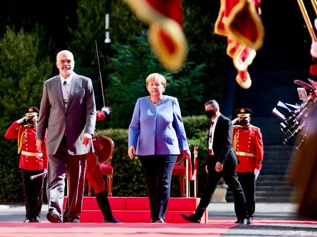Me xhaketë blu, mesazhi i Merkel përmes veshjes!