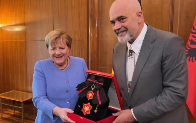 "Rama nderon kancelaren gjermane me medaljen ""Ylli i Mirënjohjes"