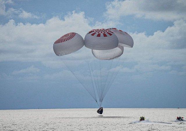 Video/ Aventurierët hapësinorë kthehen në tokë pas tre