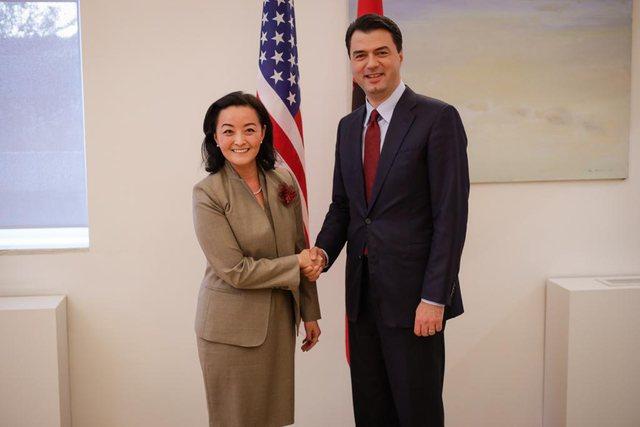 Ambasadorja Kim shkon në selinë e PD, takohet me Bashën për