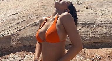 Kylie Jenner shfaqet sensuale me bikini në mes të shkëmbinjve