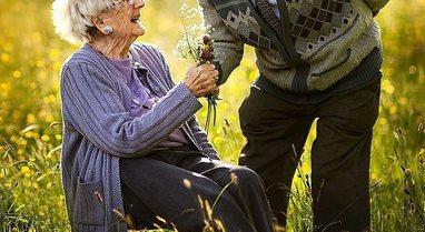 Dashuria nuk njeh moshë! Imazhet emocionuese të çifteve të