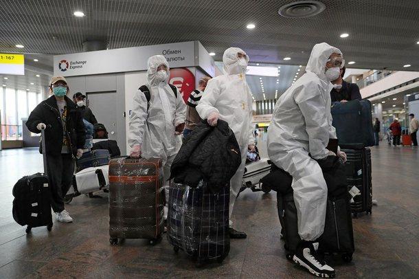 Fshehu simptomat e COVID para se të hipte në avion, dënohet me