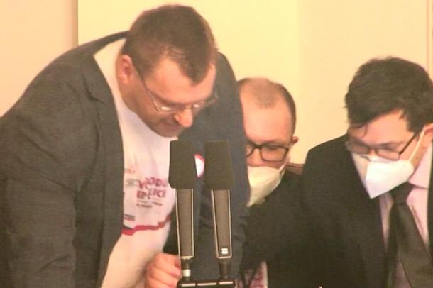 I ndalin mikrofonin, plas sherri mes deputetëve në Parlamentin e