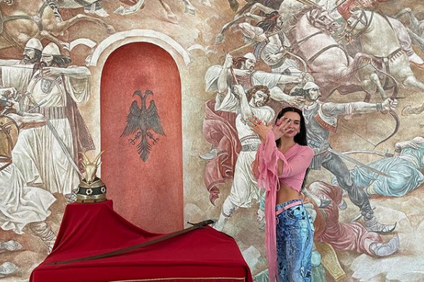 Dua Lipa e lumtur që vizitoi Shqipërinë, ndan me 69 milionë